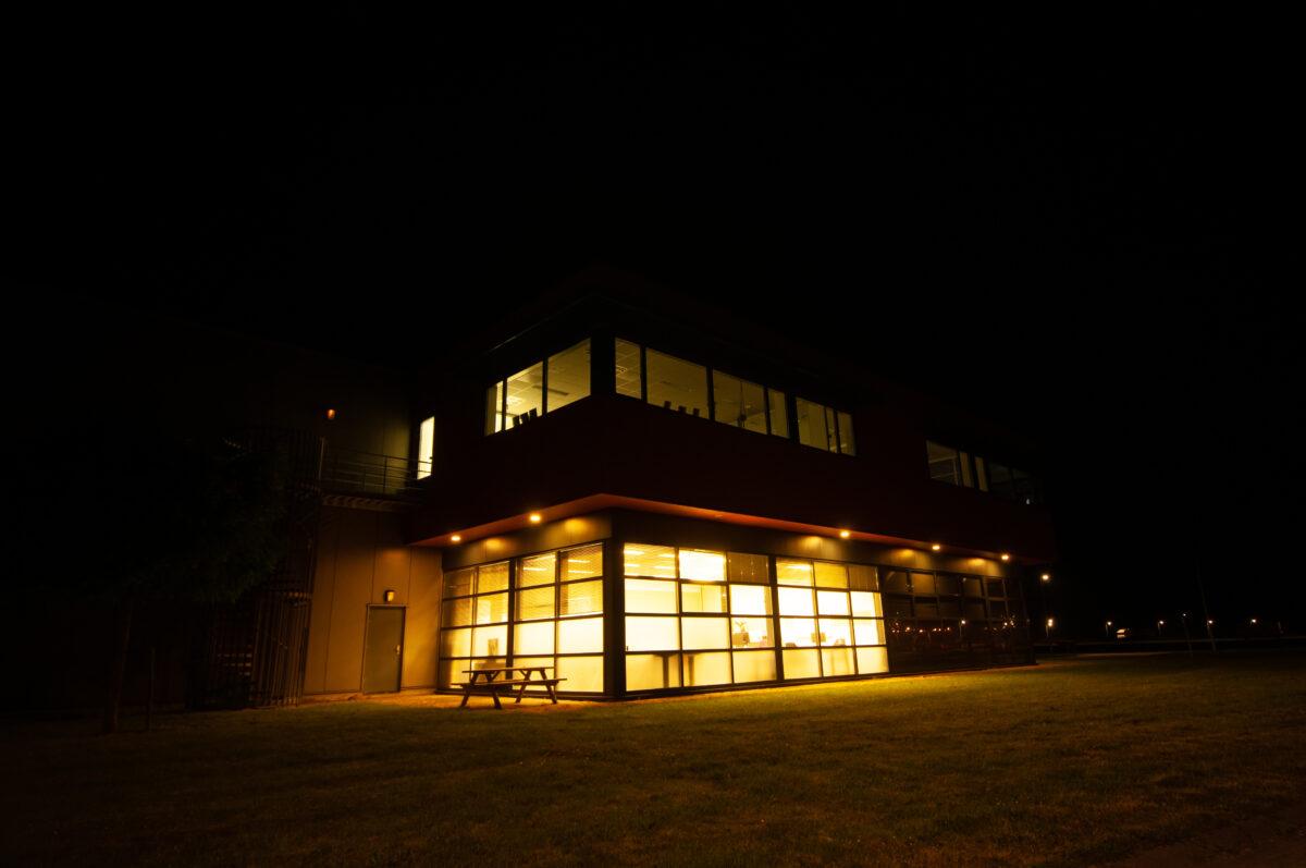Ruim 70% van bedrijven houdt lichten onnodig aan in de nacht