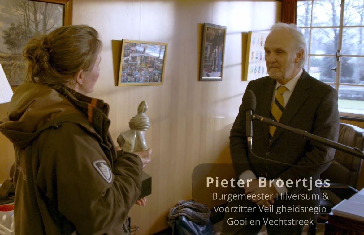 Burgemeester Broertjes ontvangt Knoop in de Zakdoekprijs